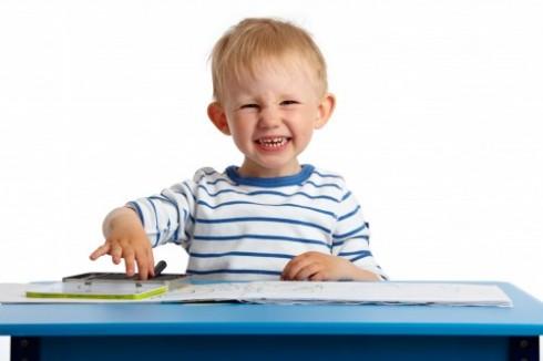 Criança de 2 anos desenhando